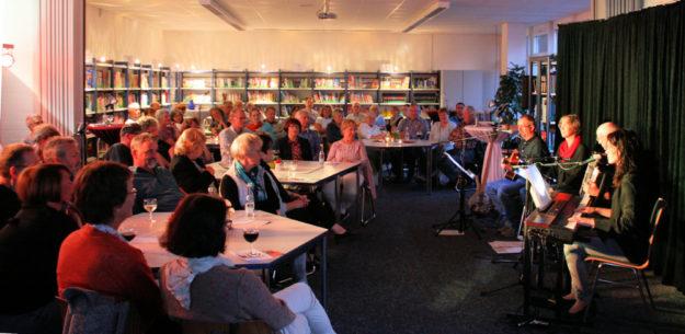 Gespannt lauschte das Publikum in der gut gefüllten Gudensberger Mediothek den Texten und Liedern. Foto: nh
