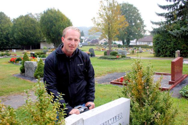 Prüfer Rene Weißbach vom Bausachverständigen-Büro Becker in Grävenwiesbach prüft die Grabsteine auf den Gudensberger Friedhöfen. Foto: Stadt Gudensberg