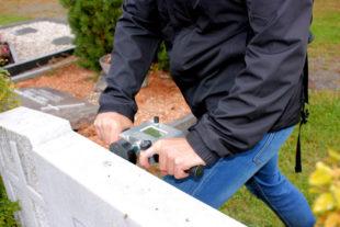 Für die Prüfung der Grabsteinsicherheit wird ein elektronisches Prüfgerät eingesetzt, welches eine Kraft von 300 Newton (in etwa 30 Kilogramm) auf den Grabstein ausübt. Foto: Stadt Gudensberg