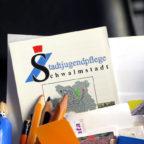 Auf dem Schreibtisch steht alles bereit, Anmeldungen für die Herbstferien können ab sofort angenommen werden. Foto: Stadtjugendpflege