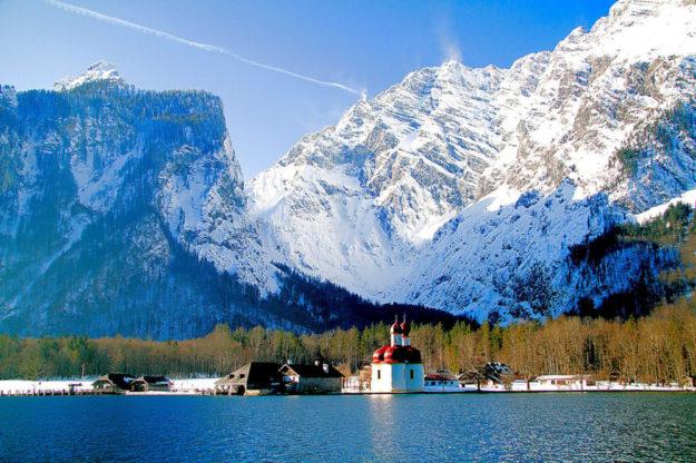 Winterstimmung am Königssee im Berchtesgadener Land. Das Bild zeigt die Kirche von St. Bartholomä. Foto: Klaus Stebani | Pixabay