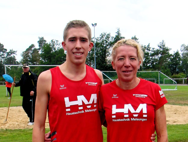 Lorenz Funck und seine Mutter Katja, die gemeinsam in einem Wettkampf die 3000 Meter liefen. Foto: nh