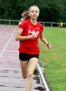 Maybritt Böttcher wird immer besser und holt sich mit 2_31 Minuten einen ungefährdeten Sieg über 800 Meter der U16. Foto: nh