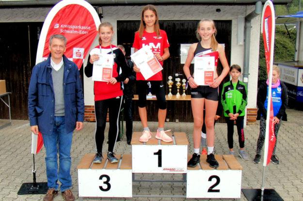 Mia Barth, die schnellste 50m-Sprinterin im Schwalm-Eder-Kreis bei der Siegerehrung mit Sparkassen-Direktor Ingo Lange. Foto: nh