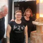 Sandra Völker (Mitte) überreichte der Guxhagener Katzenhilfe eine großzügige Spende. Erster Vorsitzender Dieter Büchling und seine Frau Johanna nahmen das Geld entgegen. Foto: nh