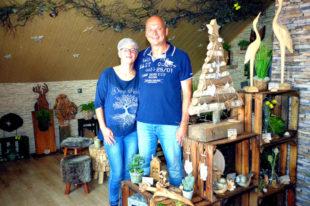 """Karin und Karsten Schmidt in ihrem neuen Laden """"Natur-Art-Deko-Holzcharme"""". Foto: VGZ Schwalm"""