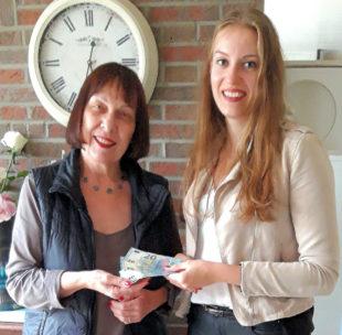 Eine weitere Spende von 100 Euro erhielt die Katzenhilfe überraschend von Tamara Rauschenberg (re). Die jjunge Frau ist von der Wichtigkeit des Tierschutzes überzeugt. Foto: nh