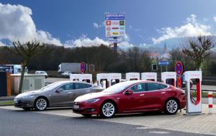 Tesla E-Fahrzeuge stehen an den Supercharger-Ladesäulen am Maxi Autohof in Malsfeld. Foto: Gerald Schmidtkunz