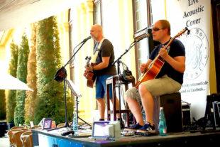 Zwei Stimmen, zwei Gitarren, tausen Stimmungen – im Eiscafe Venezia zeigen sich Why Not Accoustic immer akkustisch, aber nie laut. Foto: nh
