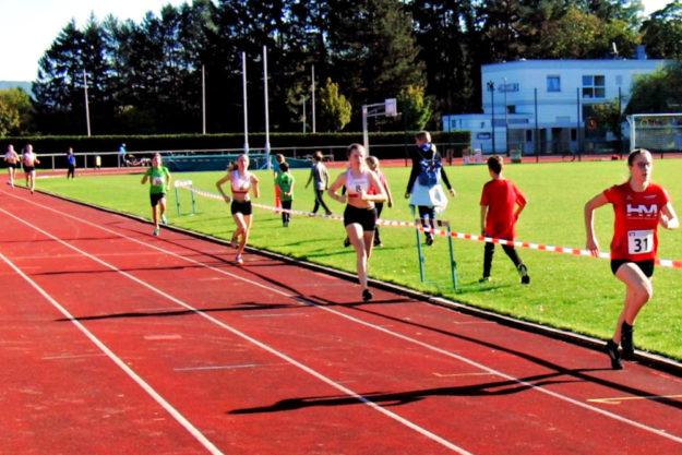 200 m vor dem Ziel führt Lynn Olson vor Vivian Groppe und Maybritt Böttcher. Foto: nh