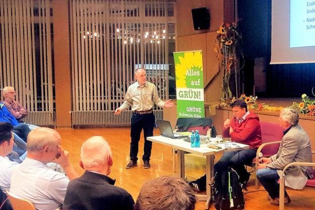 Ohne zusätzliche Hilfen über forstliche Maßnahmen hinaus, kann der Wald nicht gerettet werden, lautet das Ergebnis einer Diskussion, die kürzlich Bündnis 90/Die Grünen mit Gästen im Kurhaus führte. Foto: nh
