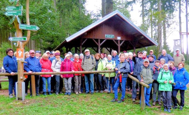 Lebendige Partnerschaft: Melsunger und Bad Liebensteiner folgten bei stürmischem Wetter dem Rennsteig bis auf den Großen Inselberg. Foto: nh
