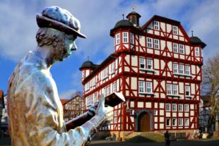 Die Stadt Melsungen ist weithin bekannt für seine unvergleichlich schönen Fachwerkhäuser, für ihr Rathaus und den Bartenwetzer. Fotos & Montage: Gerald Schmidtkunz