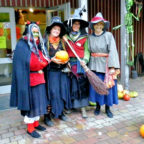 Nur zu Halloween: Hexen führen durch den Park. Foto: nh