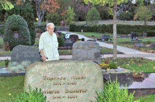 Herbert Schäfer zwischen den Gräbern der Frauen in seiner Familie auf dem Spangenberger Friedhof. Foto: Schmidtkunz