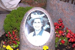 Seit zehn Jahren kommt Herbert Schäfer ans Grab seiner Charlotte, um mit ihr zu reden und zärtlich über ihr Bildnis zu streicheln. Foto: Schmidtkunz