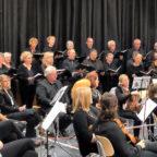 Das Konzert der Sänger/innen von »Pro Musica« und der Musiker/innen des Ehemaligenorchesters des Schwalmgymnasiums wurde von Reiner Eder dirigiert, Solist war Andreas Fiebig. Foto: nh