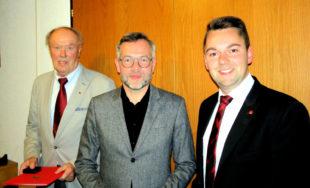 Der geehrte Heinz Wagner neben Europa-Staatsminister Michael Roth und Ortsvereinsvorsitzendem Patrick Gebauer. Foto: nh