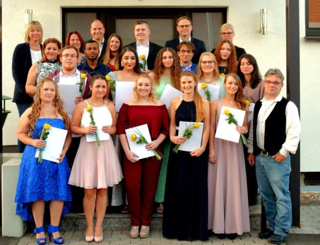 15 neue Fachkräfte der Gesundheits- und Krankenpflege haben ihren Abschluss in der Tasche und wurden feierlich ins Berufsleben entlassen. Foto: Asklepios