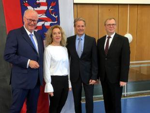 Hessens Finanzminister Dr. Thomas Schäfer, Karin und Ralf Langguth sowie der Vorgänger im Amt des Vorstehers am Finanzamt Schwalm-Eder, Thomas Hesse (v.li.). Foto: HMdF