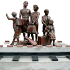 Kindertransport-Denkmal Frank Meislers, vor dem Danziger Bahnhof Gdańsk Główny. Quelle: Gemeinfrei | wikipedia