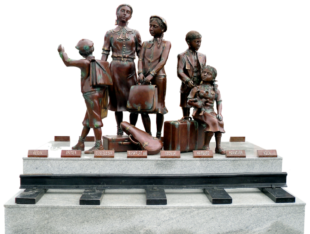 Kindertransport-Denkmal Frank Meislers, vor dem Danziger Bahnhof Gdańsk Główny. Quelle: Gemeinfrei   wikipedia