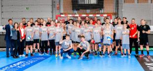 Die Initiatoren – das IT Netzwerk, die MT Melsungen und die VhU – mit den Bundesliga-Profis der MT und Digital Sports Camp Teilnehmern. Foto: Alibek Käsler   MT Melsungen