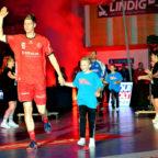 Das Ticketing zu den Pokalspielen und zur Fanreise nach Griechenland hat begonnen. Unser Bild zeigt Finn Lemke mit einem jungen Fan. Foto: Heinz Hartung