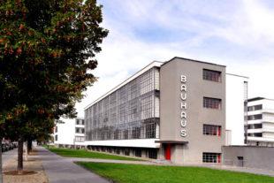 Das Bauhaus in Dessau entstand 1925/26 als ein Gebäudekomplex nach Plänen von Walter Gropius. Es wurde Schulgebäude für Kunst-, Design- und Architektur. Foto: Harald Meyer-Kirk | Pixelio