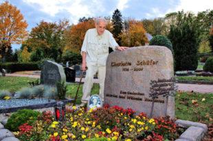 Herbert Schäfer (85) am Grab seiner Ehefrau Charlotte, die vor zehn Jahren von ihm ging. Foto: Schmidtkunz