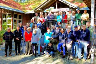 Gut 35 Helferinnen und Helfer aus fünf Lions Clubs der Region trafen sich zum Umwelttag im Wildpark Knüll. Foto: LC Homberg