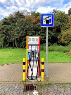 Ladesäule mit drei Steckern verschiedener Systeme. Was der Elektromobilität gut tun würde, wären für alle Fahrzeuge normierte Systeme. Foto: Gerald Schmidtkunz