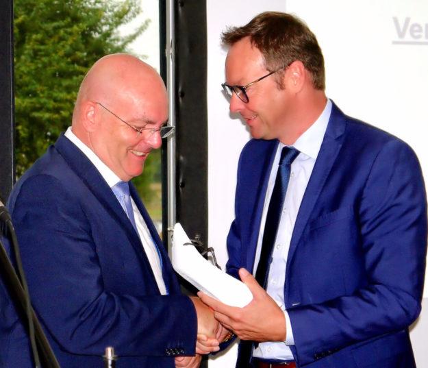 Staatssekretär Dr. Alexander Wilhelm, Ministerium für Soziales, Arbeit Gesundheit und Demografie, Rheinland-Pfalz, überreicht den Johann-Beckmann-Preis an Dr. Edgar Franke. Foto: nh