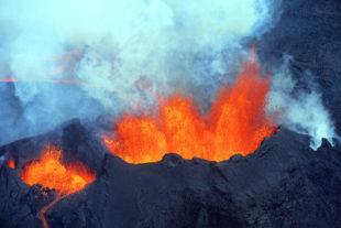 Ein isländischer Vulkan speit sein faszinierendes Feuer aus dem Innern der Erde. Foto: Delpho
