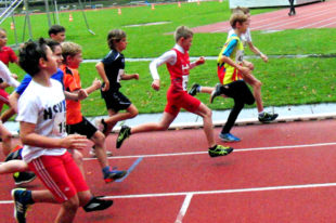 Jean Heilmann im roten Trikot stürmt mit langen Schritten nach vorn. Foto: nh