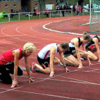 Jutta Pfannkuche (li.) beim Start über 100 Meter. Foto: nh