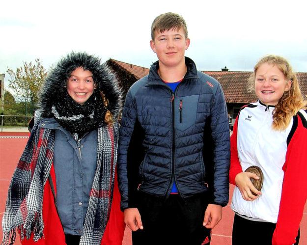 Luis André mit Ella Gleim und Nele Schmoll überzeugte auch trotz eisiger Kälte in Eschenbach (Oberpfalz). Foto: nh