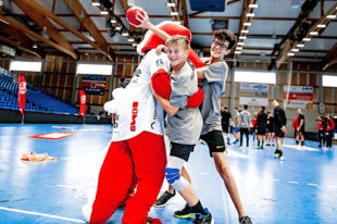 Viel Spaß beim Training mit den Bundesliga-Profis der MT Melsungen und dem Maskottchen Henner hatten die Digital Sports Camp Teilnehmer. Fotos: Alibek Käsler | MT Melsungen