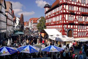 Rund um das Melsunger Rathaus und in den Seitenstraßen zeigt die Region am Sonntag, wie geschmackvoll Nordhessen wirklich ist. Foto: nh
