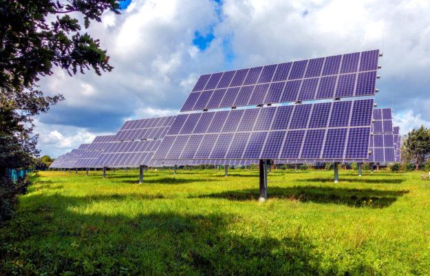 Nachgeführte Solarparks lassen eine Sonnenstromproduktion in großem Maßstab bei maximalem Wirkungsgrad zu. Foto: Sebastian Ganso | Pixabay