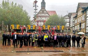 Die Feuerwehren und Vertreter der begünstigten Kommunen versammeln sich zum Gruppenbild mit Staatssekretär. Foto: nh