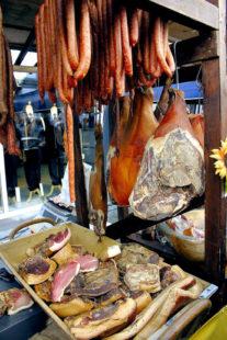 So sehen gute Würste und Fleischwaren aus Nordhessen aus. Mit Liebe zum Handwerk geräuchert, mit Sorgfalt und Geduld zur Reife gebracht. Foto: nh