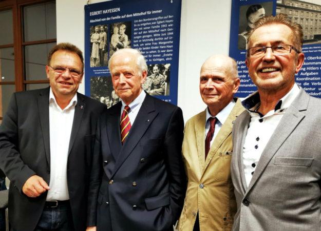 Landrat Winfried Becker, Volker Hayessen, Hans-Hayo Hayessen und Dr. Dieter Vaupel (v.li.) vor zwei Tafeln der Begleitausstellung. Foto: Erika Mönig
