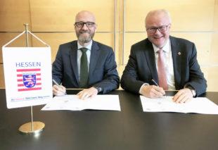Sie unterzeichneten im Finanzministerium die Vereinbarung zur Unterbringung der Bundeswehr in Hessen: Verteidigungsstaatssekretär Dr. Peter Tauber (li.) und Hessens Finanzminister Dr. Thomas Schäfer. Foto: HMdF