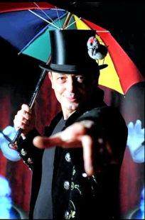 Ballonkünstler und Zauberer Michael Stern tritt auf dem Dorfmarkt in Immichenhain auf. Foto: nh