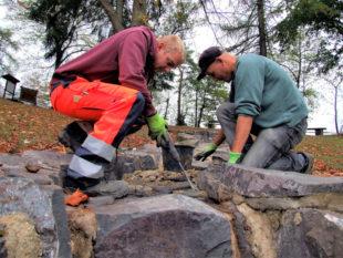 Leichte Stemmarbeiten waren zur Entfernung loser Zementlagen im Bachbett nötig, ehe es mit frischem Mörtel ausgebessert werden konnte.