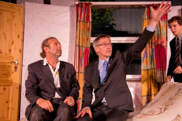 Eskalation der Ereignisse: Der Kulturstall Deute gastiert mit der Komödie »Außer Kontrolle« im AusZeitTheater in Bergheim. Foto: Karl-Heinz Mierke