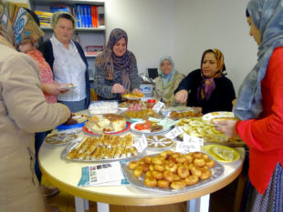 Flüchtlingsfrauen zauberten ein köstliches interkulturelles Buffet beim Martinsfest. Foto: nh