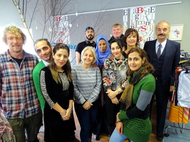 Teilnehmende aus verschiedenen Sprachkursen mit ihren deutschen Unterstützern. Foto: nh