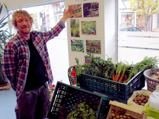 Andreas Gottlieb, Anleiter der AGH Garten- und Landschaftsgestaltung zeigt Produkte der Teilnehmenden. Foto: nh